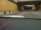 влетает в пробку в тунеле